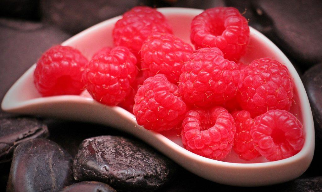 Červené maliny v bielej miske, krásne zátišie