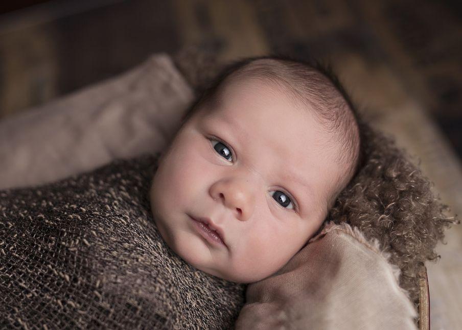 Bábätko krátko po pôrode zavinuté