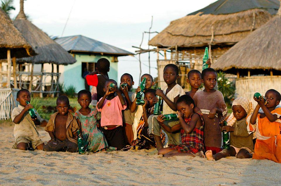 Africké deti sedia v piesku