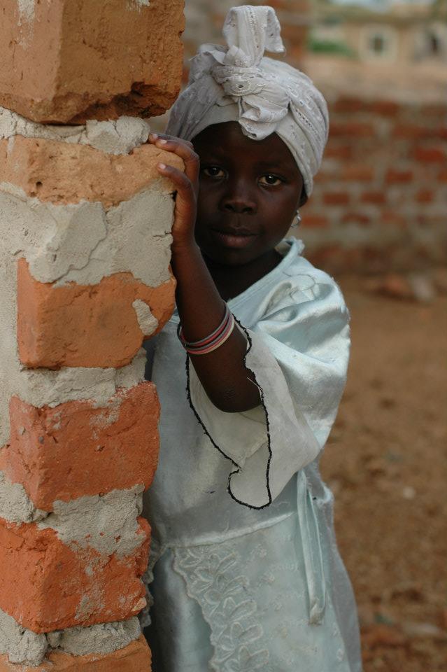 Africké dieťa v bielom plášti a turbane